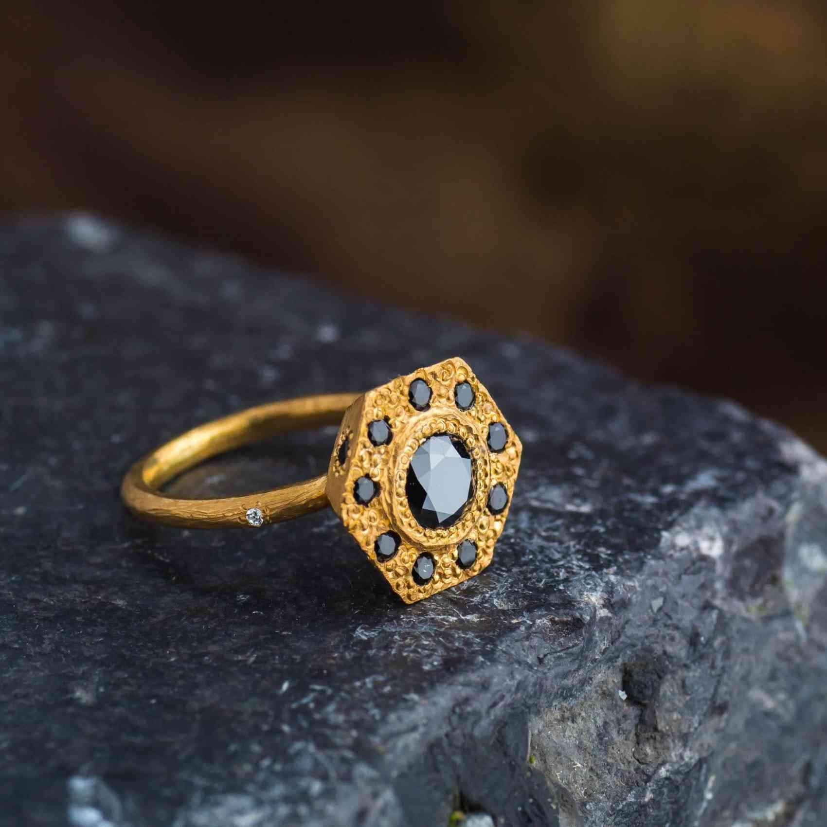 Inel din Aur Galben cu Diamante Negre si Diamant Alb