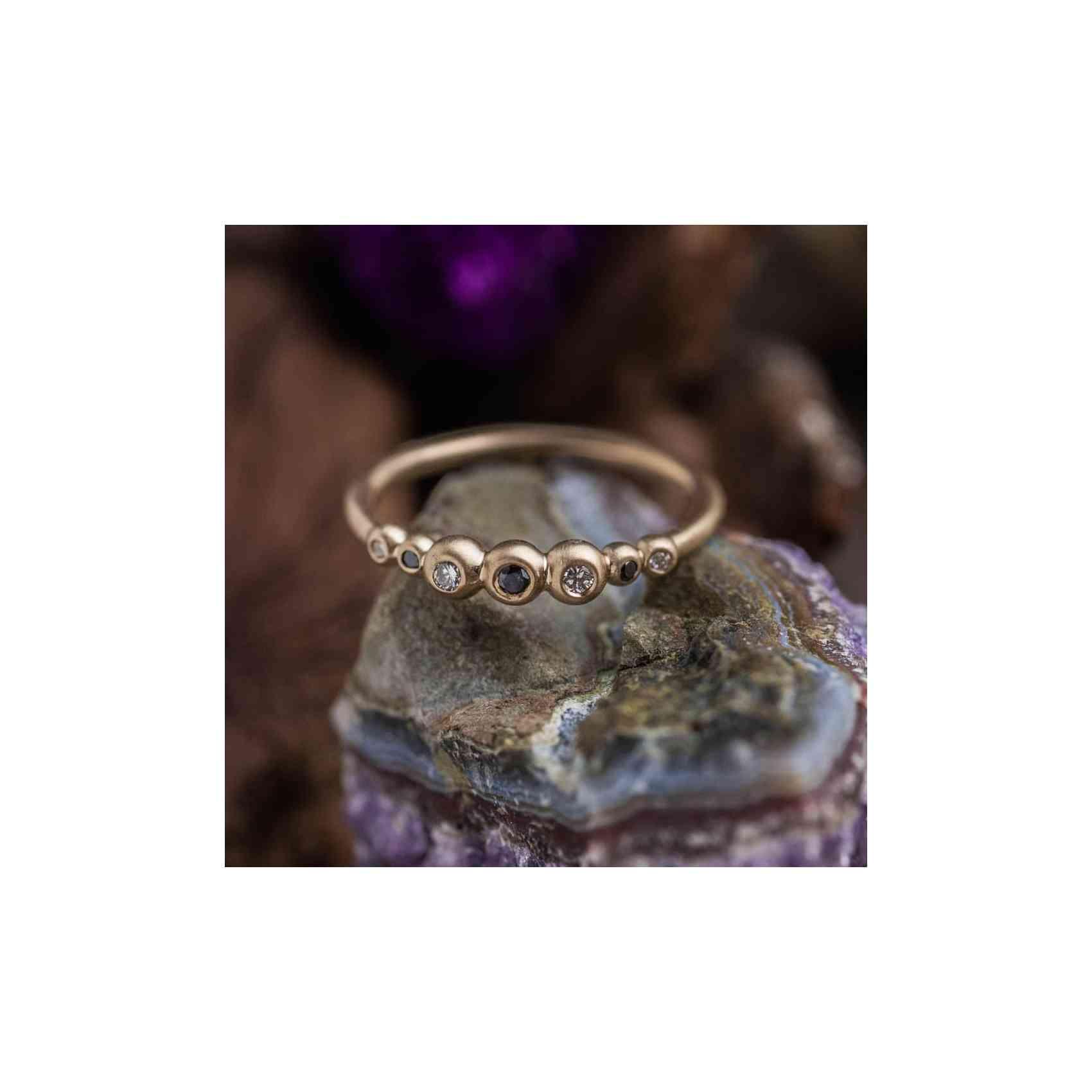 Inel din Aur Galben 14K cu Diamante Albe si Negre